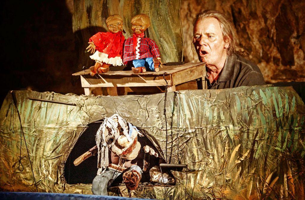 Veit Utz Bross und der bruddelige Rems-Bewohner Grumm in seiner Höhle Foto: