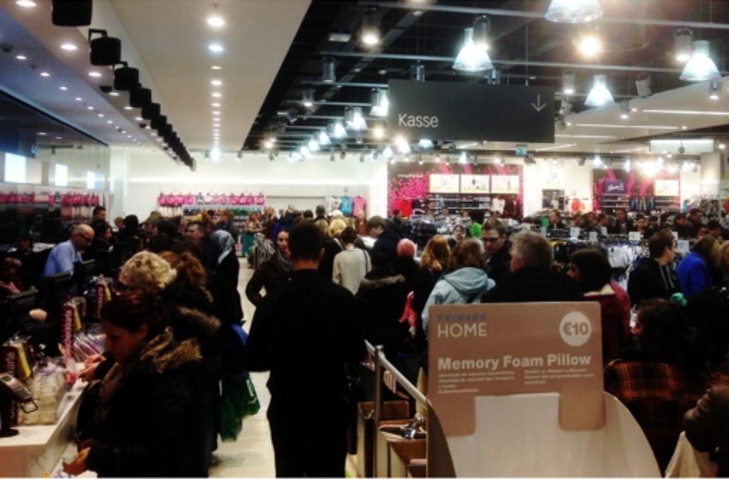 Einkaufen bei Primark heißt auch Anstehen: vor dem Eingang, vor der Umkleide, vor der Kasse. Aber das ist Teil des Erlebnisses. Foto: Pascal Thiel