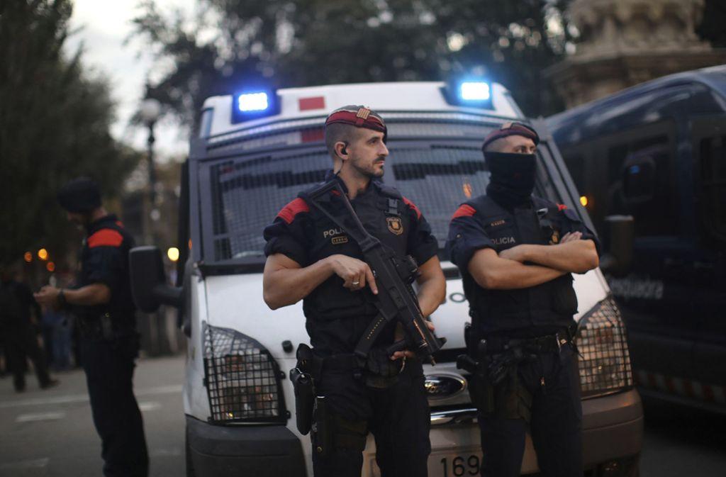 Polizisten vor dem Sitz der der Regionalregierung in Barcelona (Archivbild). Foto: AP