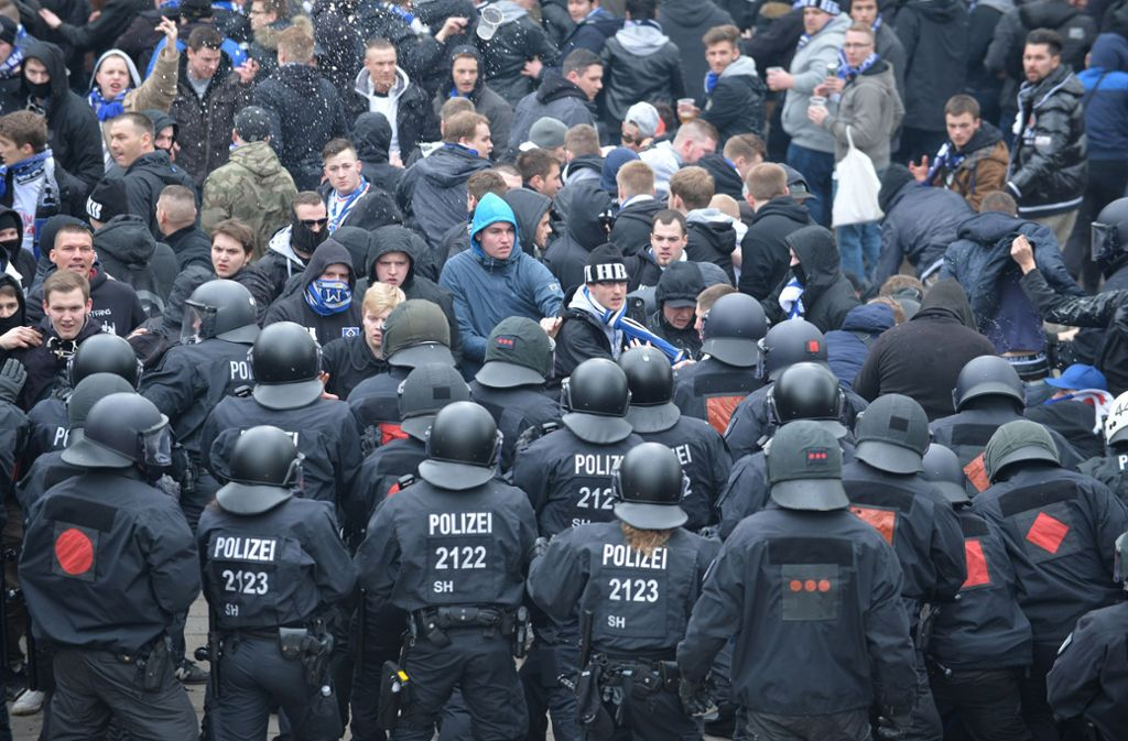 Polizisten versuchen am Rande einer Bundesligabegegnung, verfeindete Fanlager zu trennen – auch am Rande von Fußballspielen kommt es einer Umfrage zufolge zu polizeilichen Gewalttaten. Foto: picture alliance / Carmen Jasper/Carmen Jaspersen