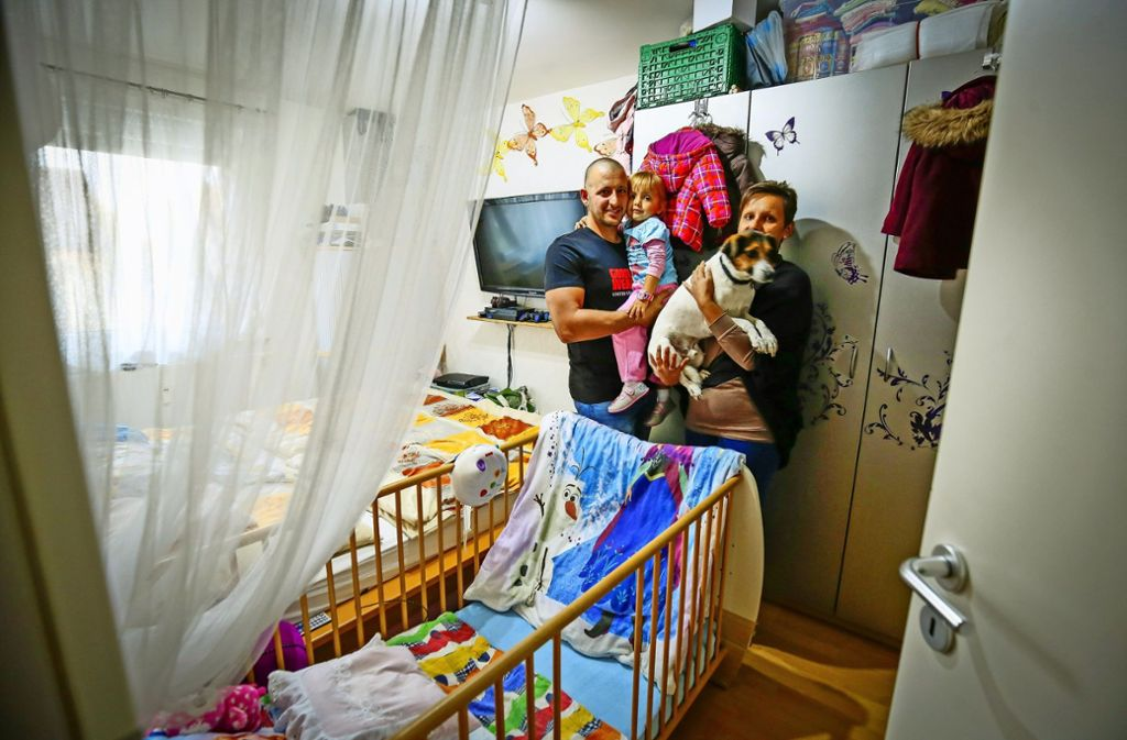 Marcel,  Dashurie und Jolanthe Penker sowie der Hund Spike  im engen Schlafzimmer in Ludwigsburg-Grünbühl. Foto: factum/Granville