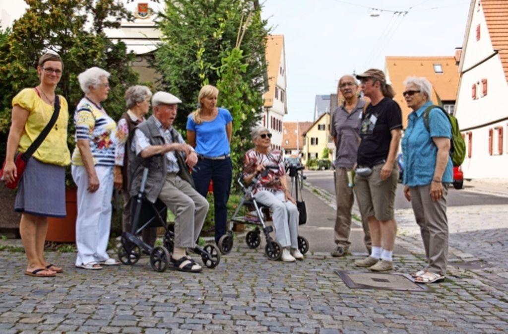 Birgit Dirksmöller von der Ilm  (Zweite von rechts) unterhält die Teilnehmer des Stadtteilspaziergangs mit kleinen Anekdoten. Foto: Waltraud Daniela Engel