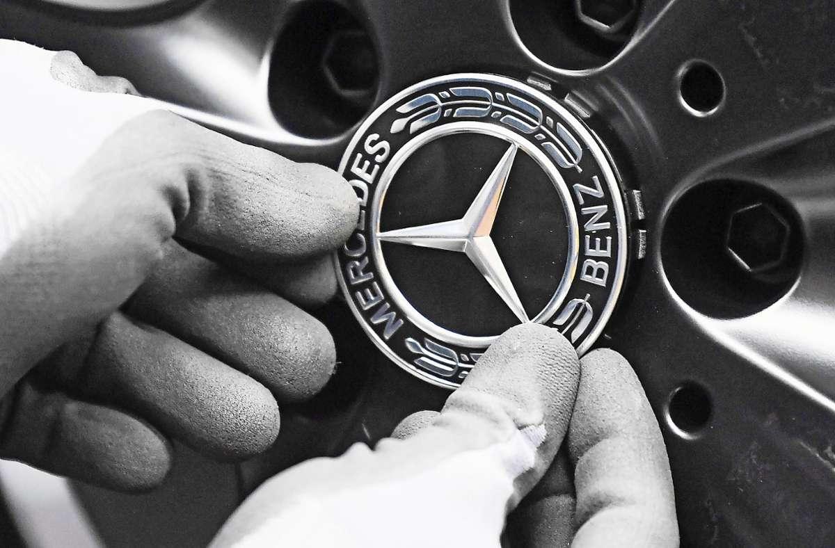 Im Werk Rastatt der Daimler AG wird an einer Mercedes-Benz A-Klasse der Mercedesstern an einem Rad angebracht. (Archivbild) Foto: dpa/Uli Deck