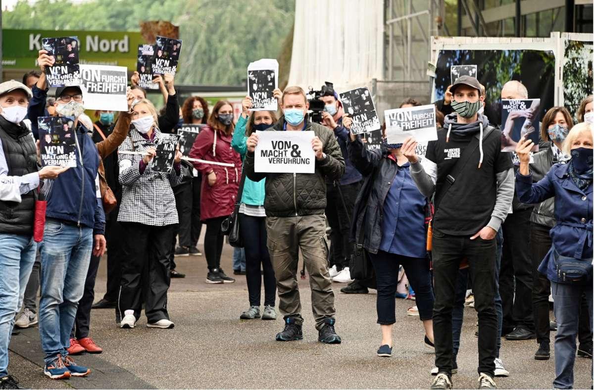 Mitarbeiter des Badischen Staatstheaters protestieren am 17. Juli vor  einer Sitzung des Verwaltungsrates  und fordern  einen Neuanfang. Foto: dpa/Uli Deck