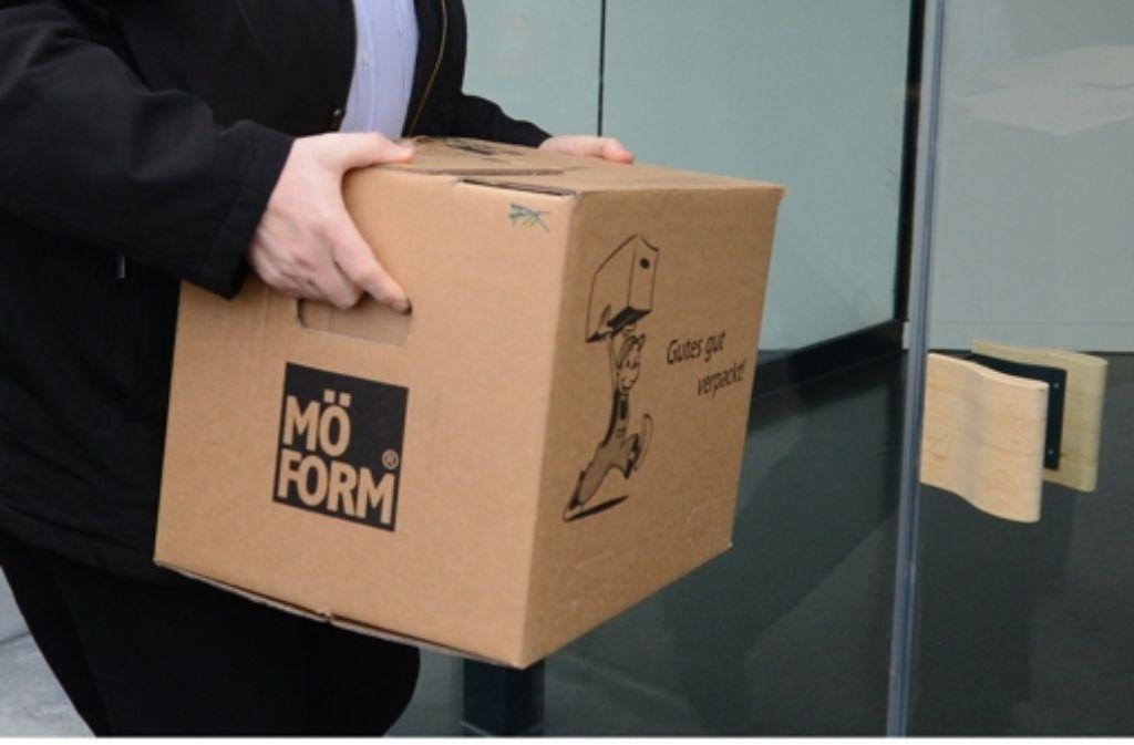 Ein Bote bringt den NPD-Verbotsantrag der Länder zum Bundesverfassungsgericht in Karlsruhe. Foto: dpa