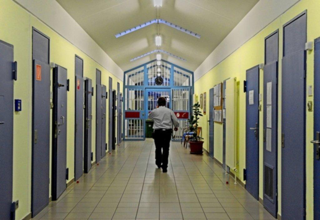 Wegen der Vorgänge im Bruchsaler Gefängnis – hier ein Blick in  eine neue Therapie-Abteilung – gerät Justizminister Rainer Stickelberger  immer stärker unter Druck. Rainer Stickelberger hat derzeit keinen leichten Stand. Foto: dpa