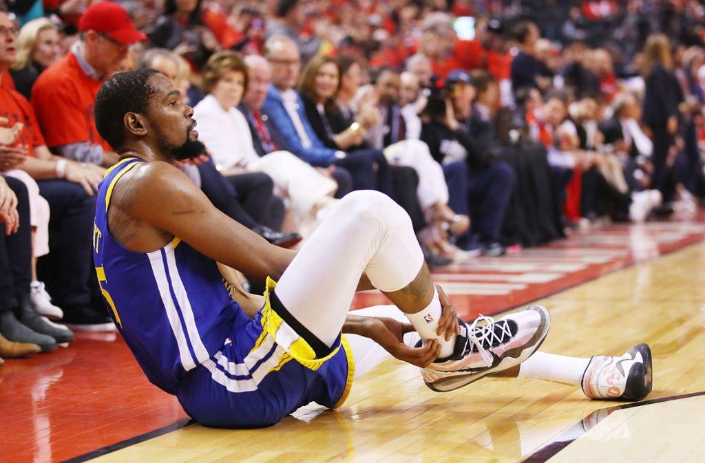 In den Playoff-Finalspielen gegen Toronto verletzte sich Kevin Durant, der damals noch für die Golden State Warriors spielte. Foto: AFP/GREGORY SHAMUS