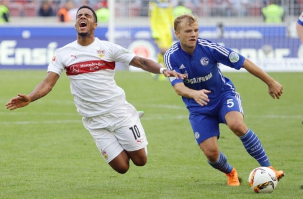 Daniel Didavi vom VfB Stuttgart im Zweikampf gegen Schalkes Johannes Gais. Foto: Pressefoto Baumann