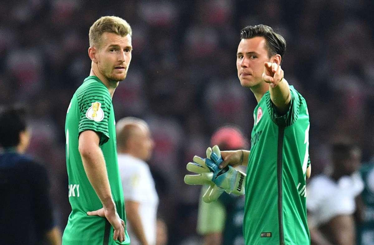 Ein irres Eigentor von Lukas Hradecky (links) gab es im Spiel gegen Bielefeld. Foto: dpa/Bernd Thissen