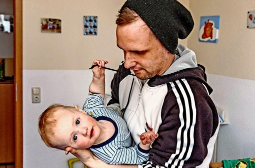 Anfangs wirkte Tom eher teilnahmslos, aber heute ist er für den zweijährigen Henry ein liebevoller Vater. Foto: Knop