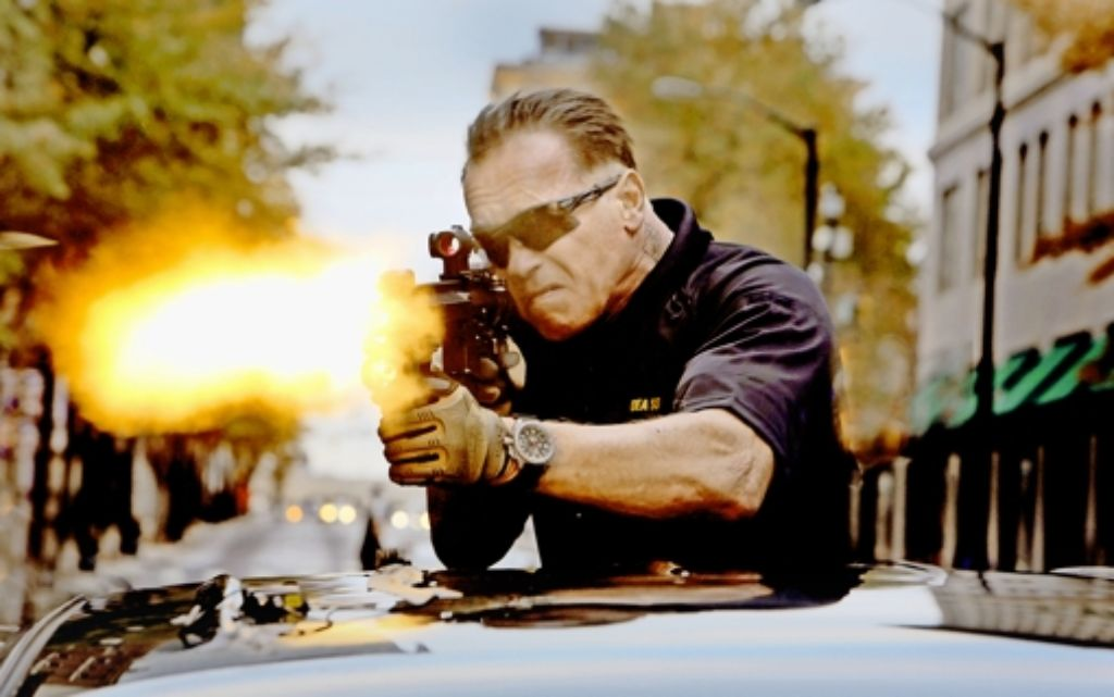 """Wenn viel geballert wird, steht der Jugendschutz vor diversen Herausforderungen. Hier schießt Arnold Schwarzenegger im Film """"Sabotage"""". Foto: dpa"""