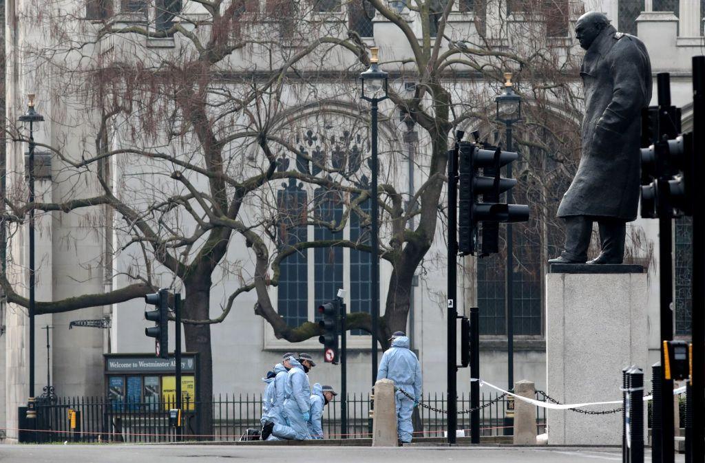 Polizisten untersuchen nach dem Terroranschlag in London den Tatort. Foto: Getty Images Europe