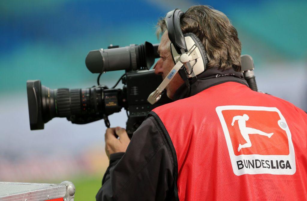 Drei Abonnements und mehr als ein halbes Dutzend Sender braucht der Fan, um alle Spiele der Bundesliga im TV verfolgen zu können. Foto: dpa-Zentralbild