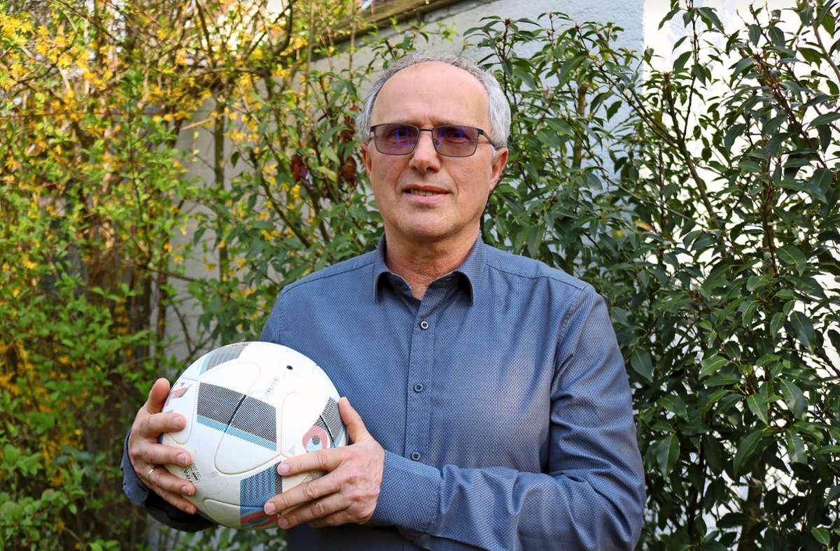 Der Ball, sagt Wolfgang Kolb, sei immer sein Freund gewesen, aber eine Karriere in höherklassigen Ligen hat der Schmidener nie angestrebt. Foto: Eva Herschmann