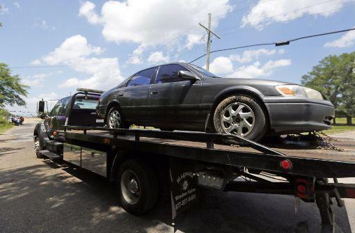 Ein Abschleppwagen der Mississippi Highway Patrol schleppt in Gluckstadt einen gestohlenen Wagen ab. Ein sechsjähriger Junge ist im US-Bundesstaat Mississippi von Autodieben entführt und getötet worden. Foto: AP