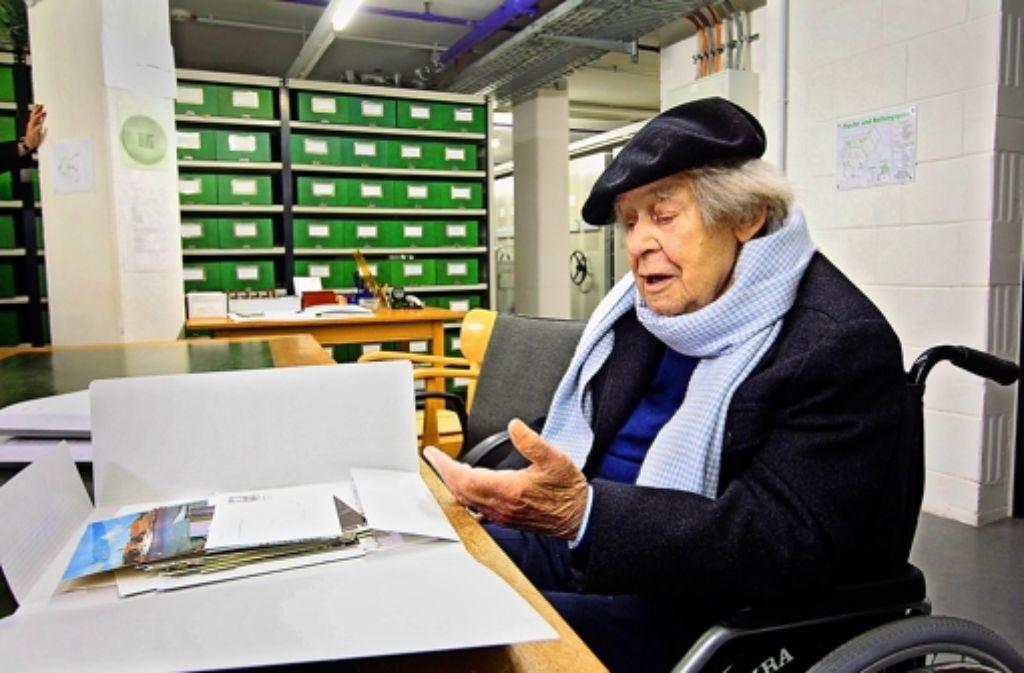 Ein Leben in tausend Kladden: der Jahrhundert-Autor Siegfried Lenz bei seinem Besuch im Marbacher Literaturarchiv. Foto: FACTUM-WEISE