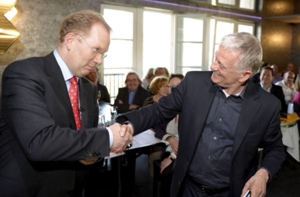 Noch reichen sich die Kandidaten Turner (links)  und Kuhn die Hände. Foto: dpa