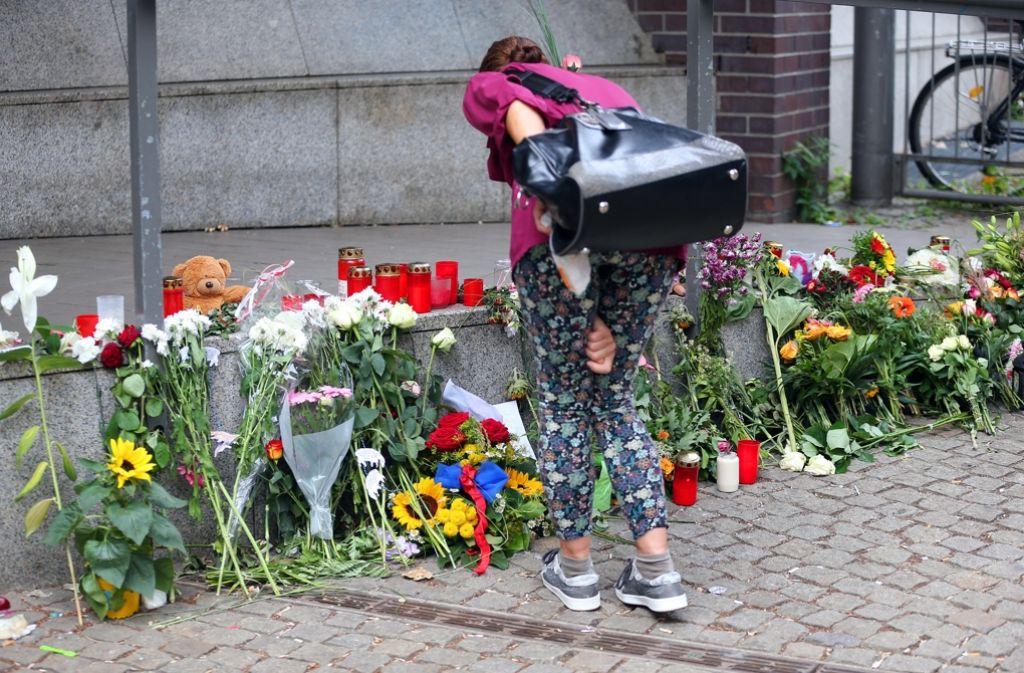 Zeit der Trauer: Eine Frau legt vor der französischen Botschaft in Berlin Blumen nieder. Foto: dpa