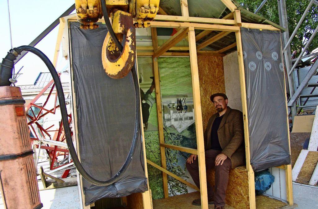 Herr Clair Bötschi arbeitet noch an seinem Beichtstuhl für die Kreativen Foto: Friedl/Friedl