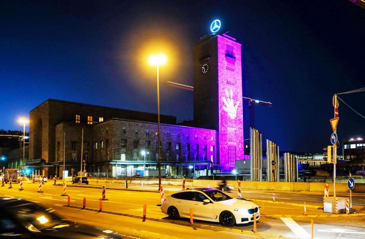 Lila erleuchtet: Das Lichtspektakel am Stuttgarter Bahnhofsturm soll eine Botschaft transportieren. Foto: Lichtgut/Max Kovalenko
