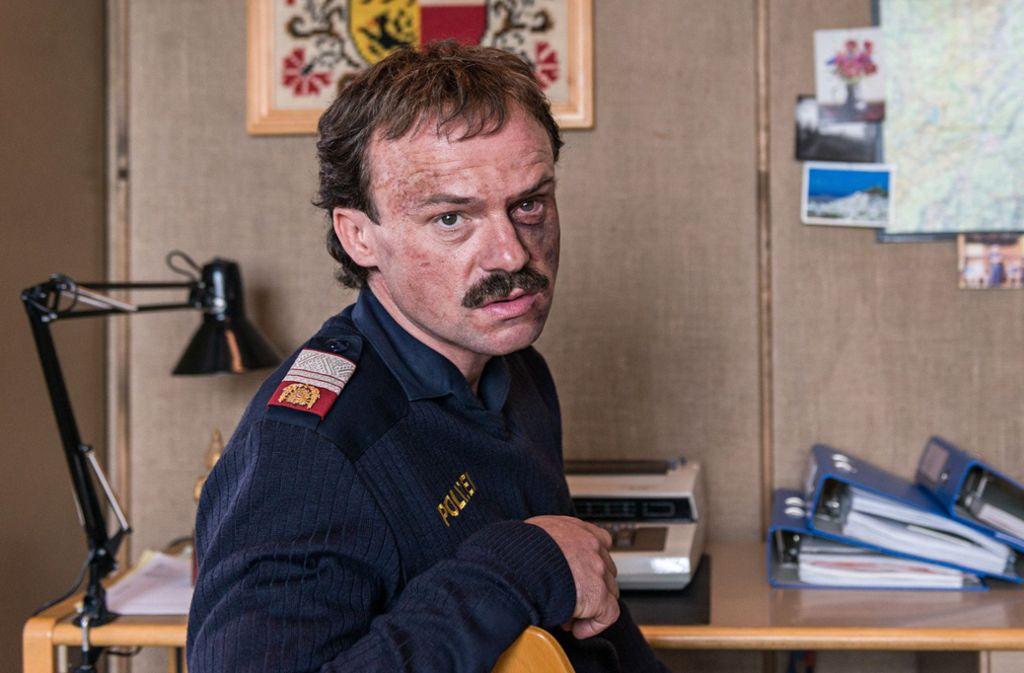 Der Dorfpolizist Muck (Gerhard Liebmann) hat sichtlich Ärger mit seinen alten Freunden bekommen. Foto: ZDF
