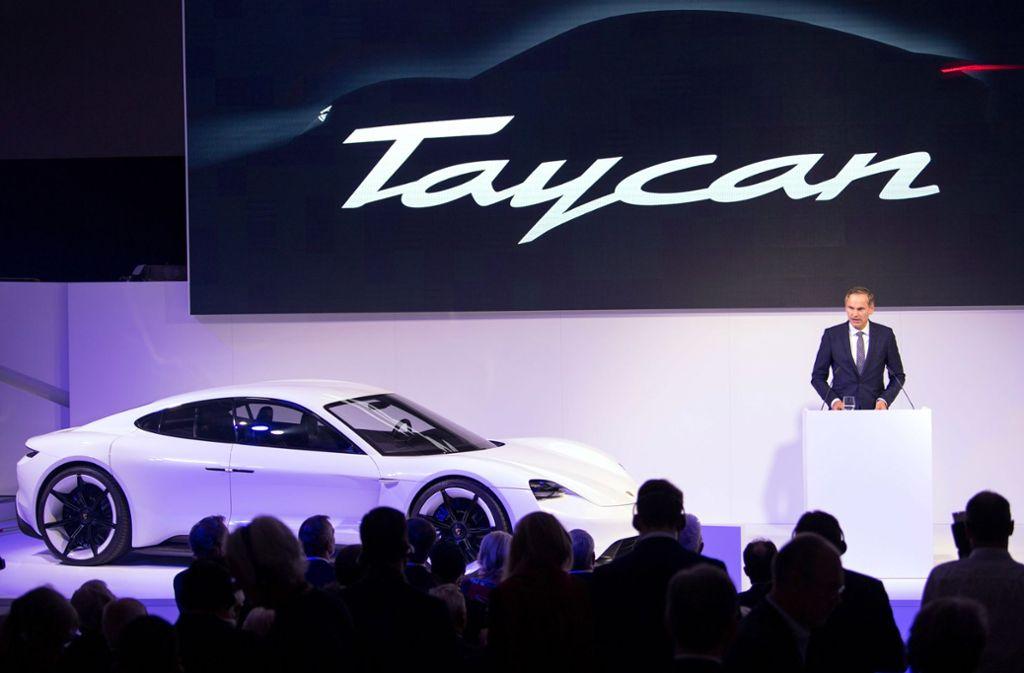 """Beim Festakt """"70 Jahre Porsche Sportwagen"""" wurde der Name des ersten rein elektrischen Porsche-Sportwagens von Porsche-Chef Oliver Blume vorgestellt. Foto: dpa"""