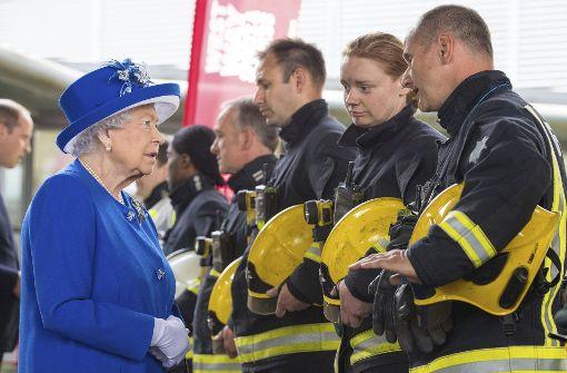 Queen Elizabeth II. und Prinz William besuchen Notunterkunft