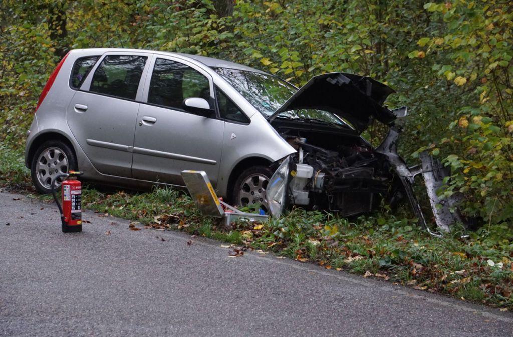 Das Auto ist bei dem Unfall schwer beschädigt worden. Foto: SDMG/Hemmann