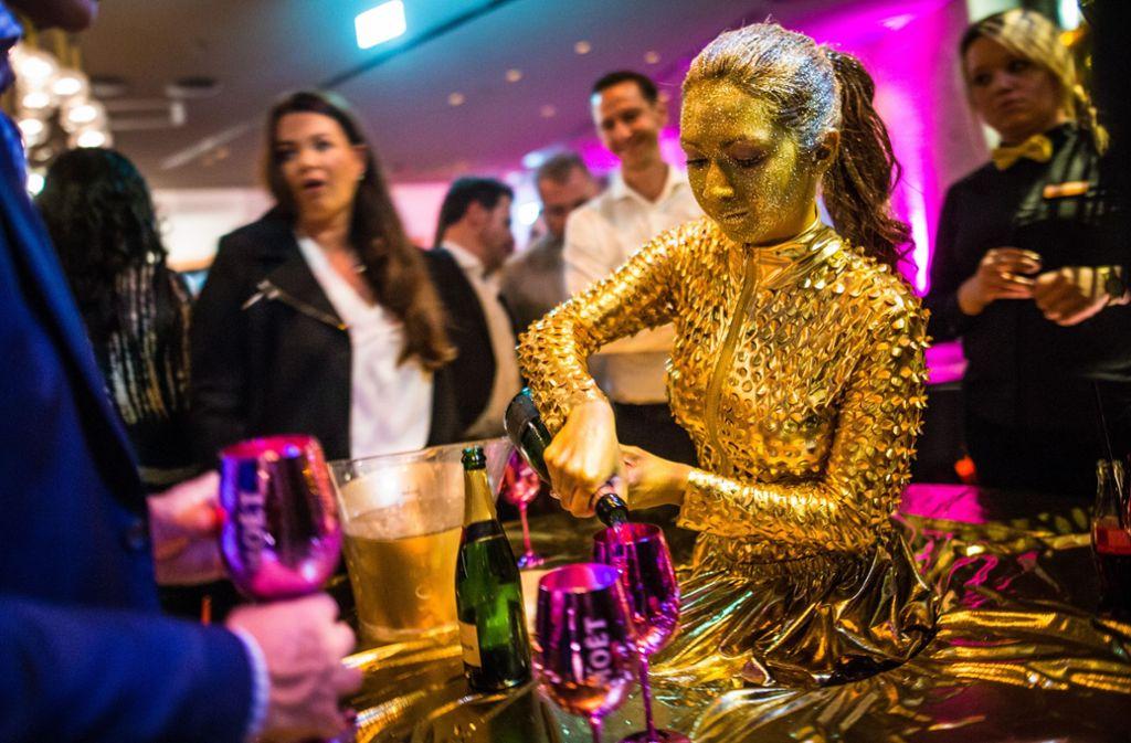 Golden Girl am Schampus-Stand. Foto: Lichtgut/Christoph Schmidt