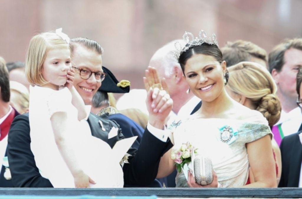 Strahlten bei der Hochzeit von Prinz Philip und Sofia Hellqvist um die Wette: Kronprinzessin Victoria, ihr Mann Daniel und die kleine Prinzessin Estelle. Victoria überraschte am großen Tag ihres kleinen Bruders mit der Wahl ihres Outfits. Foto: Getty Images Europe