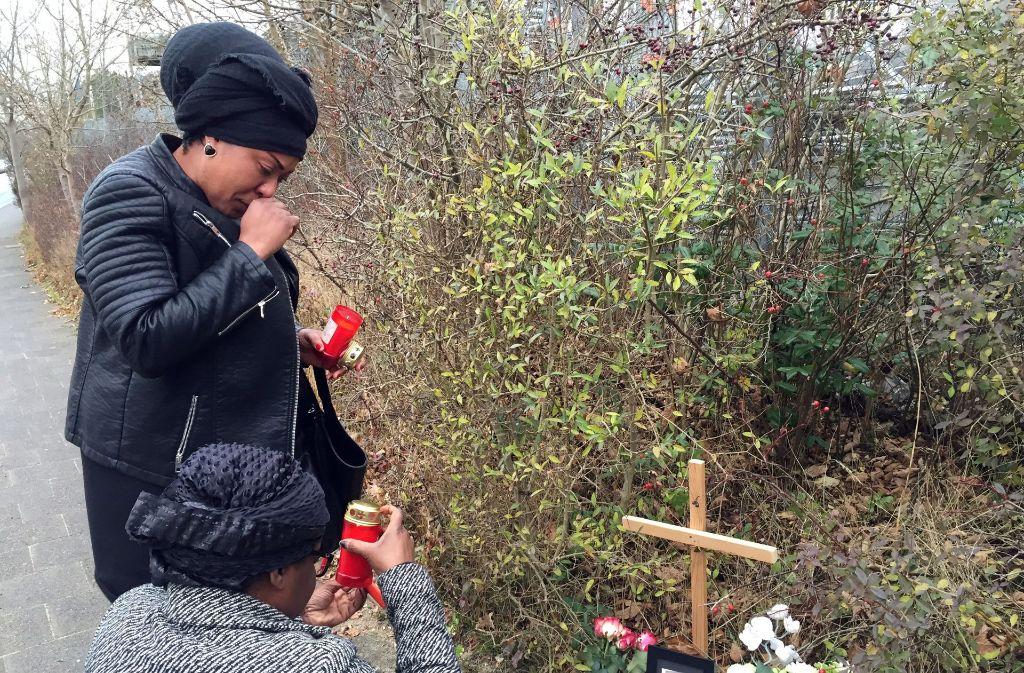 Freundinnen der verstorbenen Frau in Kiel trauern. Foto: dpa
