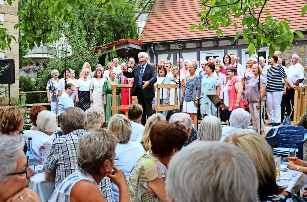 Ausstand mit viel Gesang: Gotthilf Fischer stimmt mit allen ein Land. Foto: Eva Herschmann