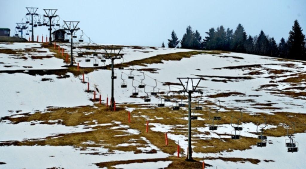 So sah es Mitte Dezember 2015 auf dem Feldberg aus – und ähnlich lückenhaft wie die Schneedecke war auch der Strom der Skitouristen. Foto: dpa