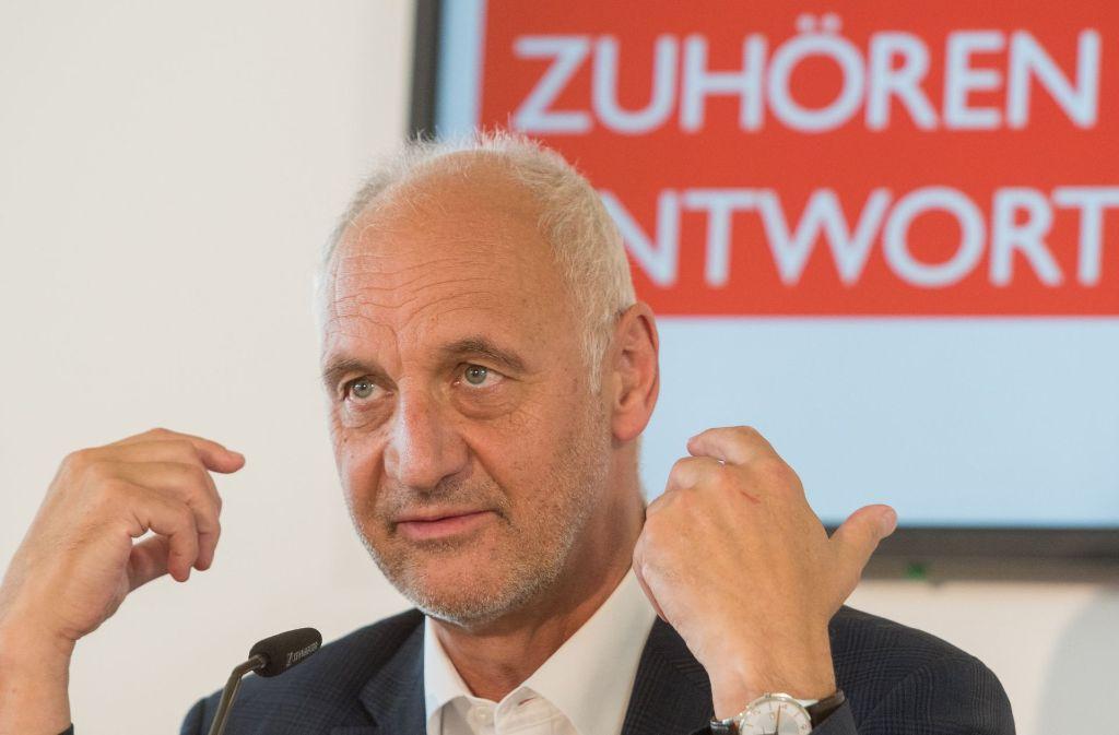 Der Domkapellmeister Roland Büchner äußerte sich am Dienstag in Regensburg nach dem offiziellen Teil der Pressekonferenz zum Abschlussbericht des Missbrauchsskandals bei den Regensburger Domspatzen. Foto: dpa