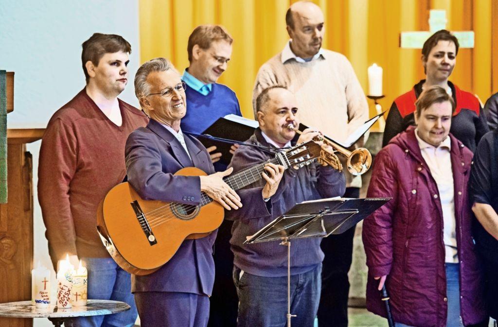 """""""Der etwas andere Singkreis"""" nennt sich der aus der Nikolauspflege hervorgegangene Chor, dessen Leiter  Dietmar Böhringer mit der Gitarre den Takt angibt. Auftritte wie dieser in der Waldkirche am Kräherwald vereint Blinde, Sehbehinderte und Sehende.Foto:Martin Stollberg Foto:"""