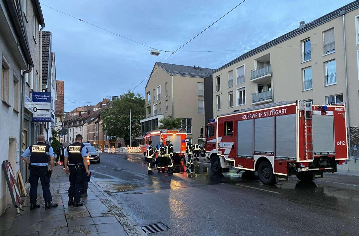 Nach dem Wasserrohrbruch in der Gablenberger Hauptstraße  ist erst einmal Schadensbegrenzung angesagt. Foto: 7aktuell.de/Alexander Hald