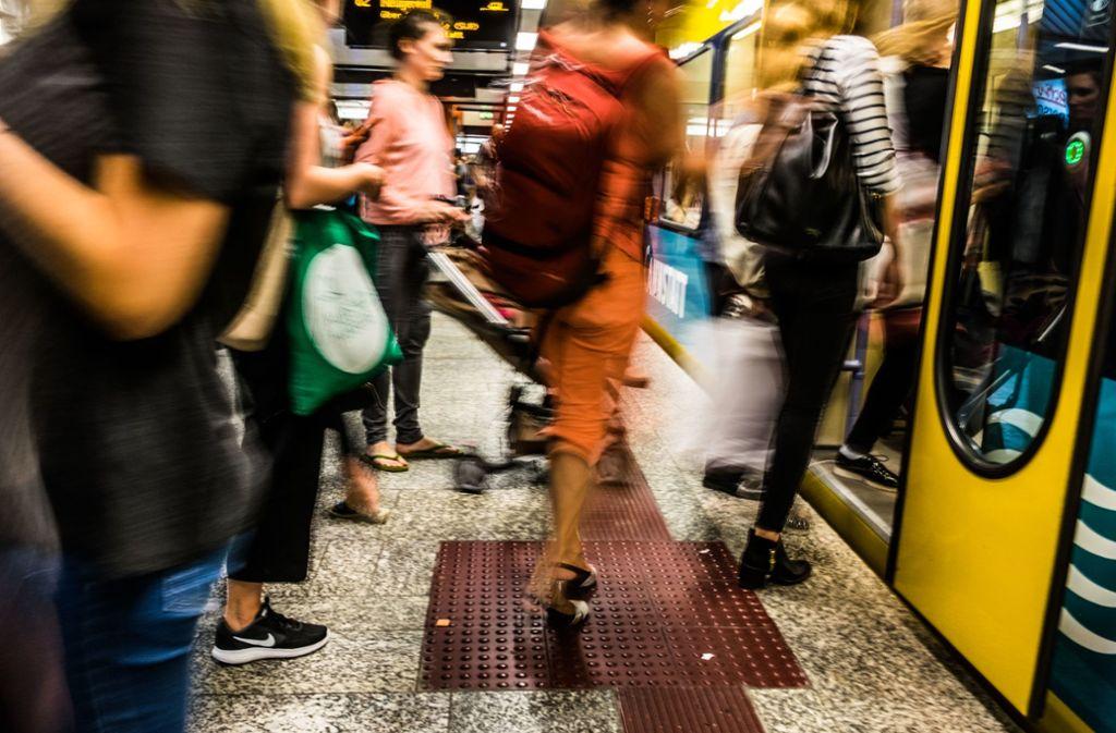 In den Bussen und Bahnen werden weniger Fahrgäste ohne Ticket ertappt – doch an Wochenenden sieht es offenbar ganz anders aus. Foto: Lichtgut/Max Kovalenko
