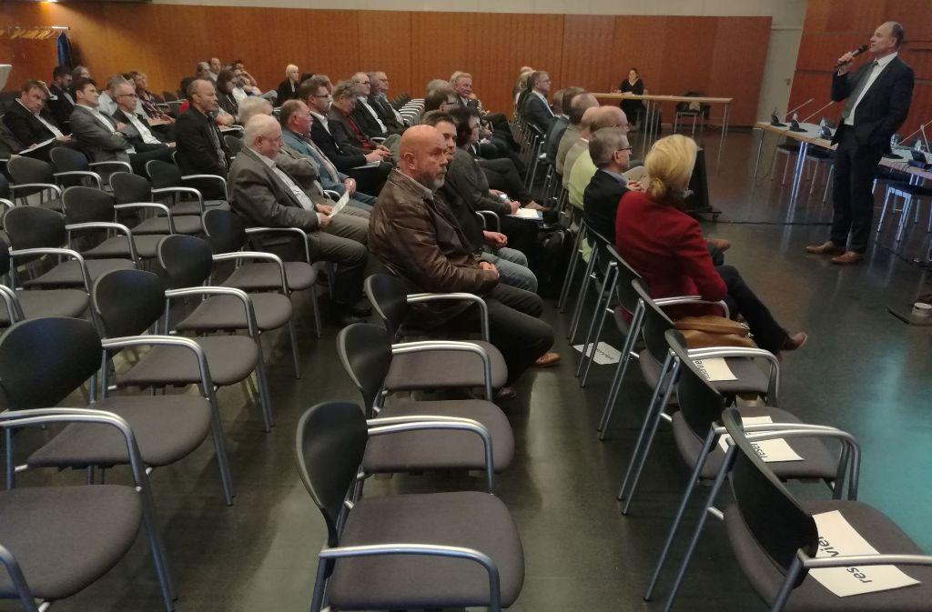 Viele freie Plätze: Nur rund 50 Stadt- und Kreisräte sind der Einladung der Stadt Ludwigsburg zu der Infoveranstaltung gefolgt. Einige sind ferngeblieben, weil sie die Vorgehensweise von  Oberbürgermeister Werner Spec (rechts stehend) kritisieren. Foto: Tim Höhn