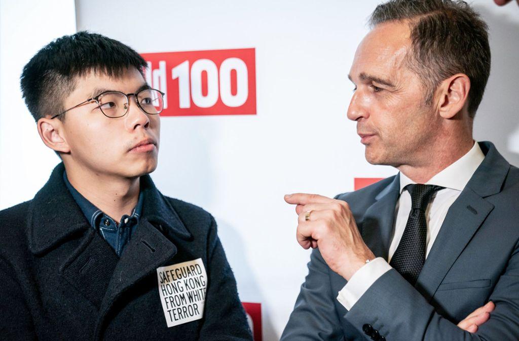 Außenminister Heiko Maas (rechts, SPD),  spricht mit Joshua Wong, Demokratie-Aktivist der Proteste in Hongkong. Foto: dpa