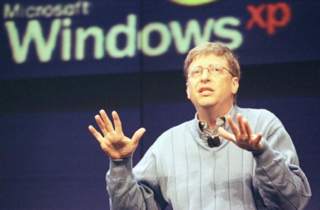 Ein Bild aus alten Zeiten: Bill Gates präsentiert am 13. Februar 2001 das Betriebssystem Windows XP Foto: dpa