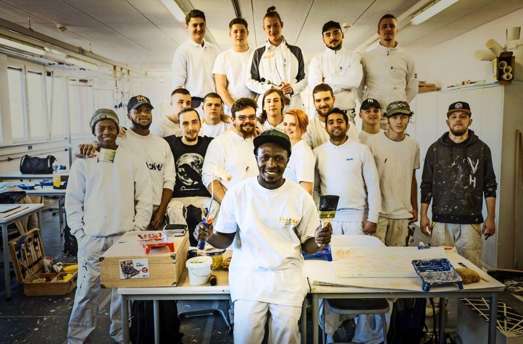 Amadou Fadera – hier mit seinen Azubi-Kollegen in der Schule für Farbe und Gestaltung – wünscht sich mehr Nachhilfe beim Deutschlernen. Foto: Lichtgut/Achim Zweygarth