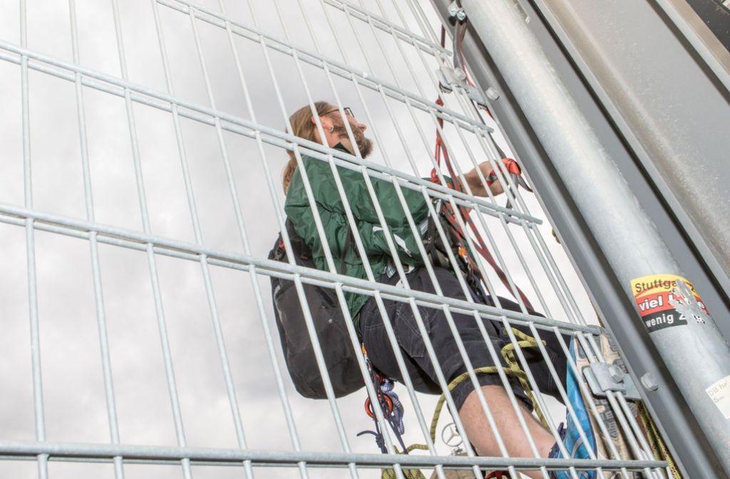 Nicht nur mit Tröten, Trillerpfeifen, Schildern und Fahnen protestieren die S21-Gegner für eine Modernisierung des bestehenden Kopfbahnhofs. Foto: 7aktuell.de/Andreas Friedrichs
