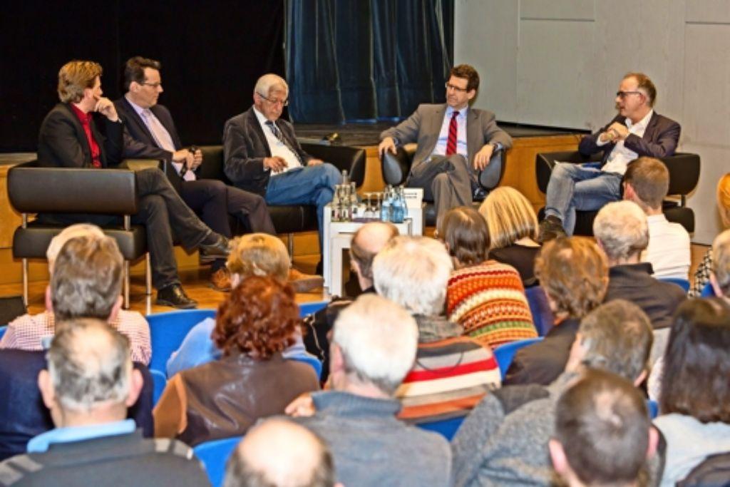 Franz Alt (Mitte) diskutiert mit Experten über die Energiewende. Foto: Thomas Krämer
