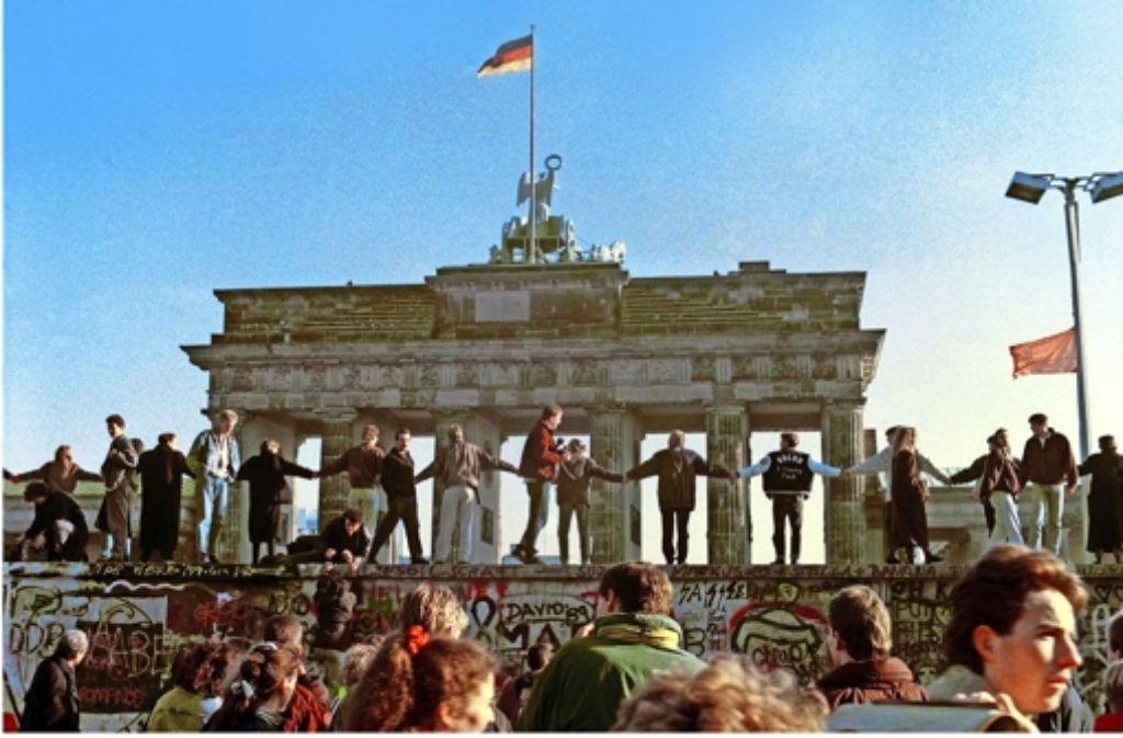 1989: Menschen erobern sich ihr Berlin  vor dem Brandenburger Tor zurück. Foto: AP