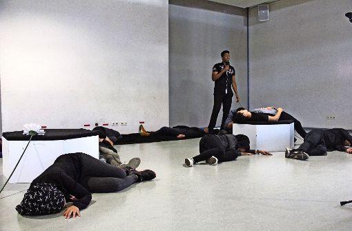 """Die Jugendlichen zeigen in dem Stück """"Give me your hand"""" eindrücklich, welche Kriegs- und Fluchterfahrungen sie machen mussten. Foto: Bernd Zeyer"""