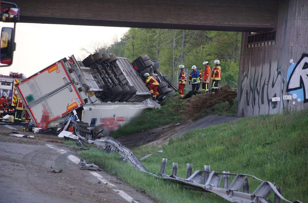 Der Lastwagen fährt die Böschung hoch und kippt um. Foto: SDMG