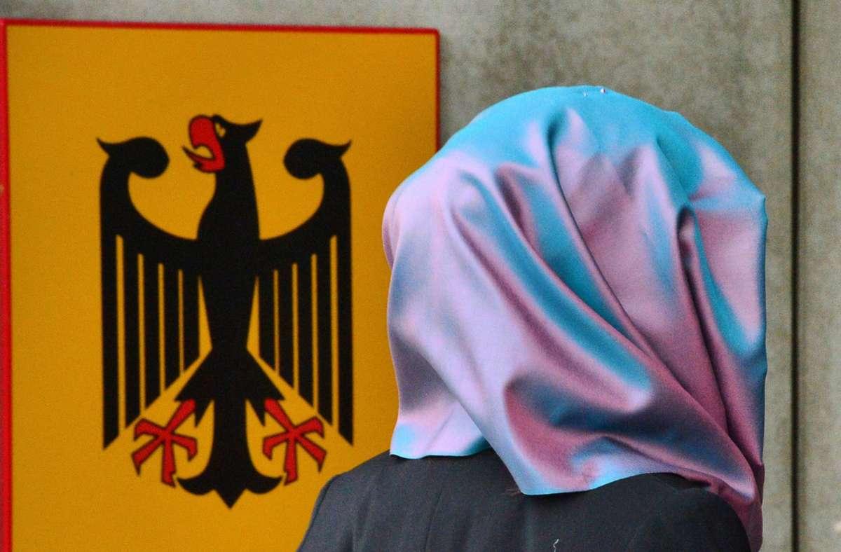 Laut Bundesinnenministerium gebe es Verbote für religiöse Kleidung nur in Ausnahmefällen. (Symbolbild) Foto: dpa/Martin Schutt