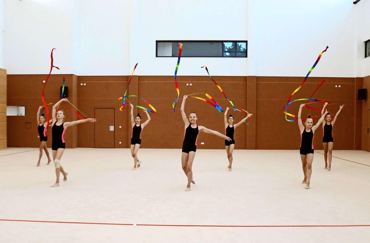 Die Mädchen der Juniorinnen-Nationalgruppe  müssen sich noch gedulden, bis sie ihre Übung mit den Bändern bei einem Wettkampf präsentieren können. Foto: Eva Herschmann