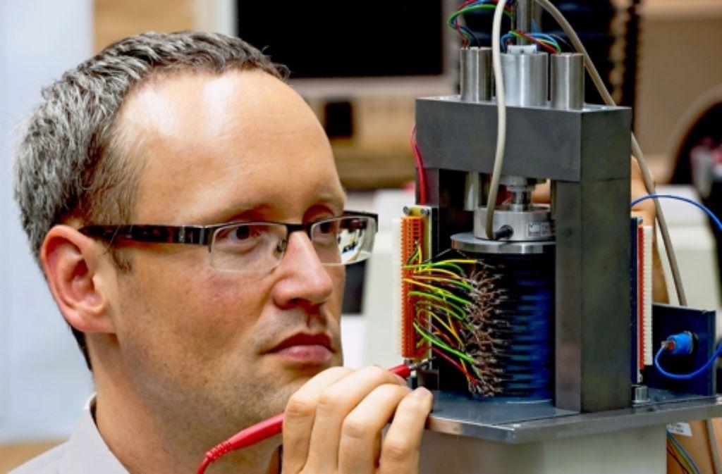 Wellenkraftwerk, Testversion: Istvàn Dénes mit dem Darmstädter Demonstrator. Foto: Bosch