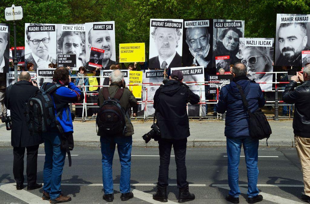 Demonstranten am Tag der Internationalen Pressefreiheit in Berlin. Foto: dpa